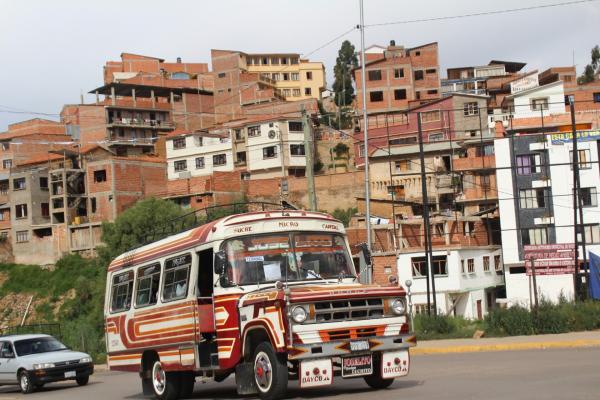 ボリビアの首都スクレを走るバス