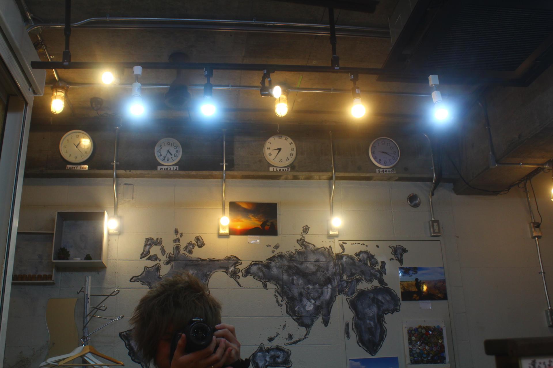 鏡越しには世界地図とバンコク、リスボン、ラスベガスの時間が。