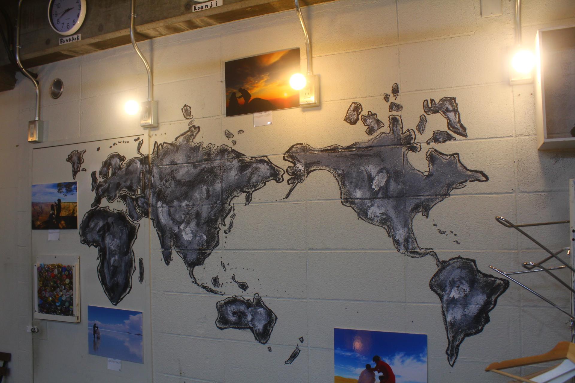 世界地図が壁に書いてある美容室は世の中に何件くらいあるのだろう。