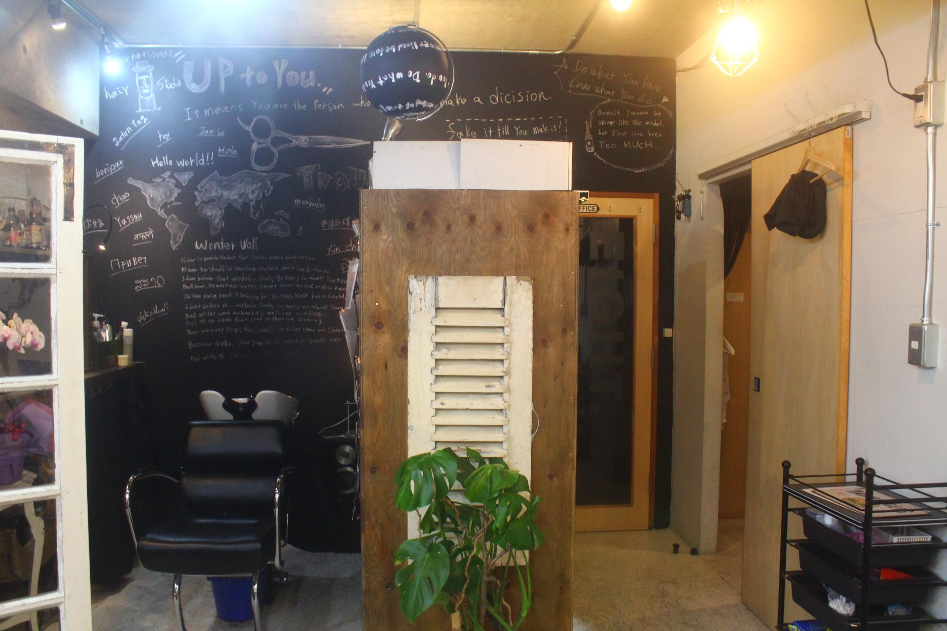 壁に色々書いてあるシャンプー台