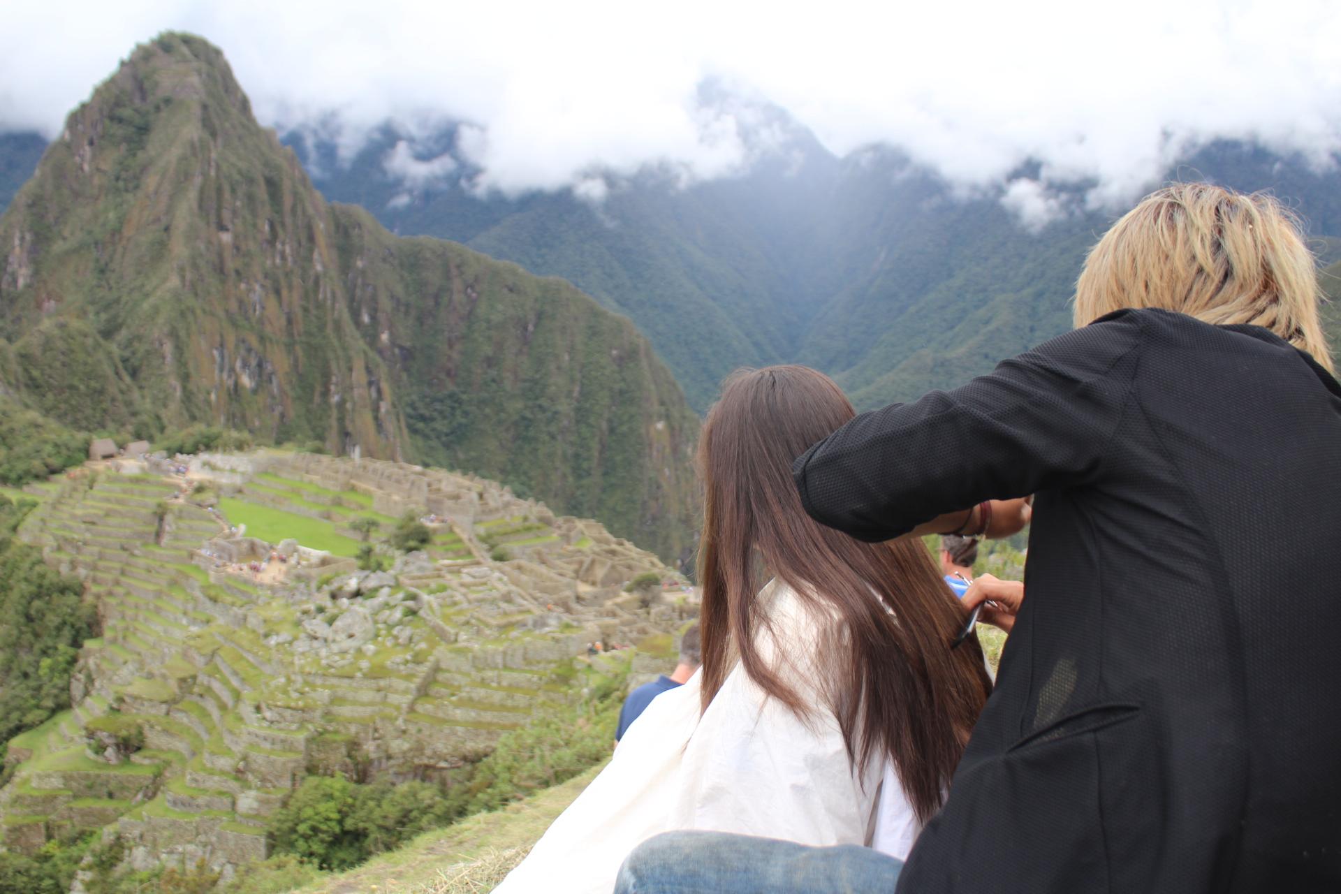 老いた峰、マチュピチュでヘアカットを。
