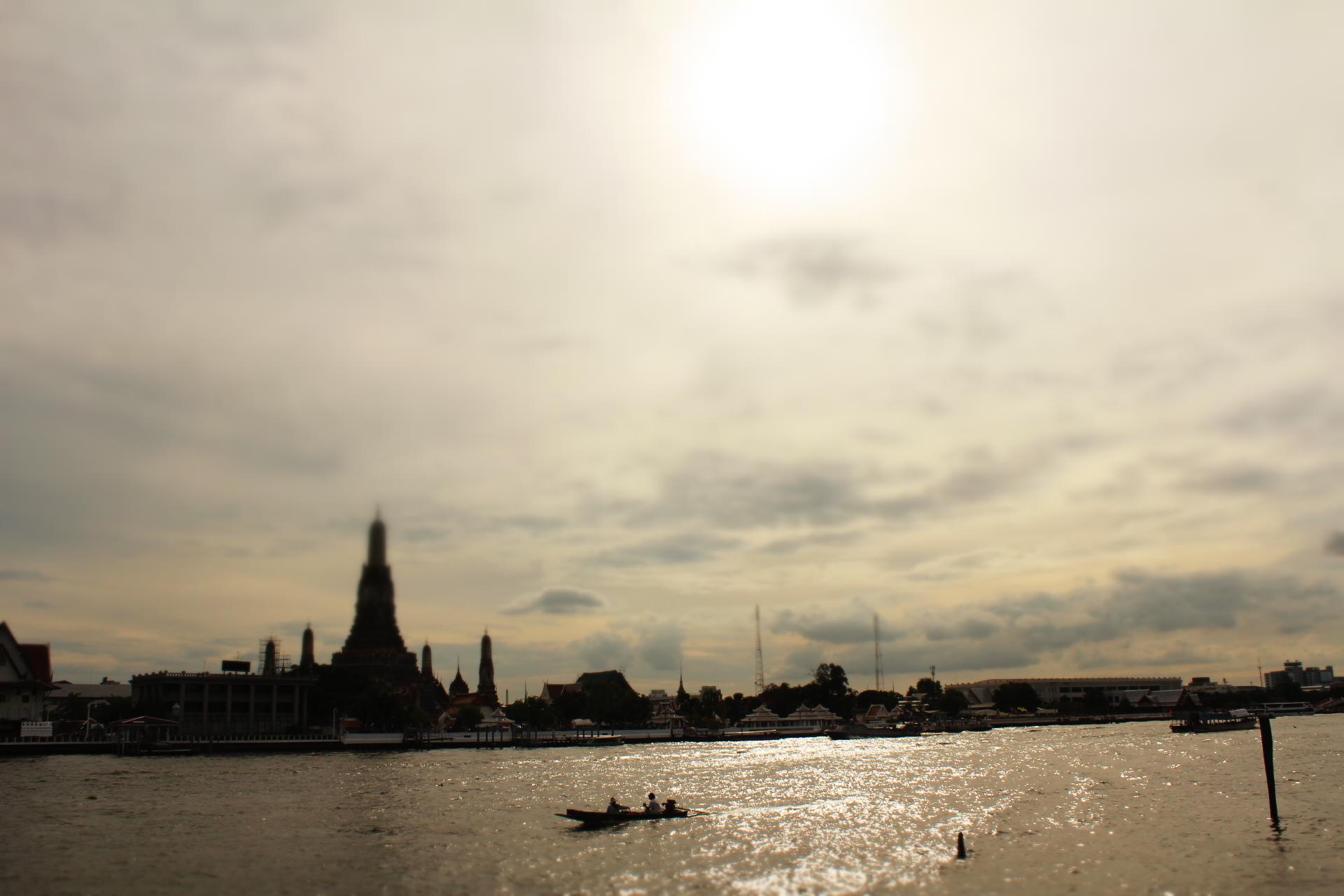 チャオプラヤー川と暁の寺ワットアルン