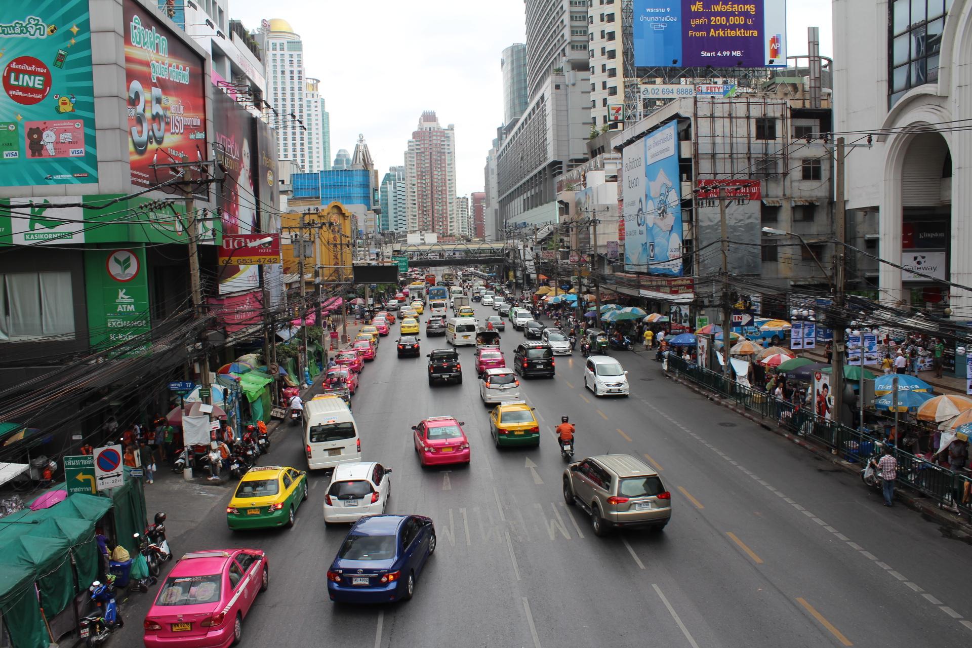 バンコク中心部のサイアム近辺は車も人もすごい