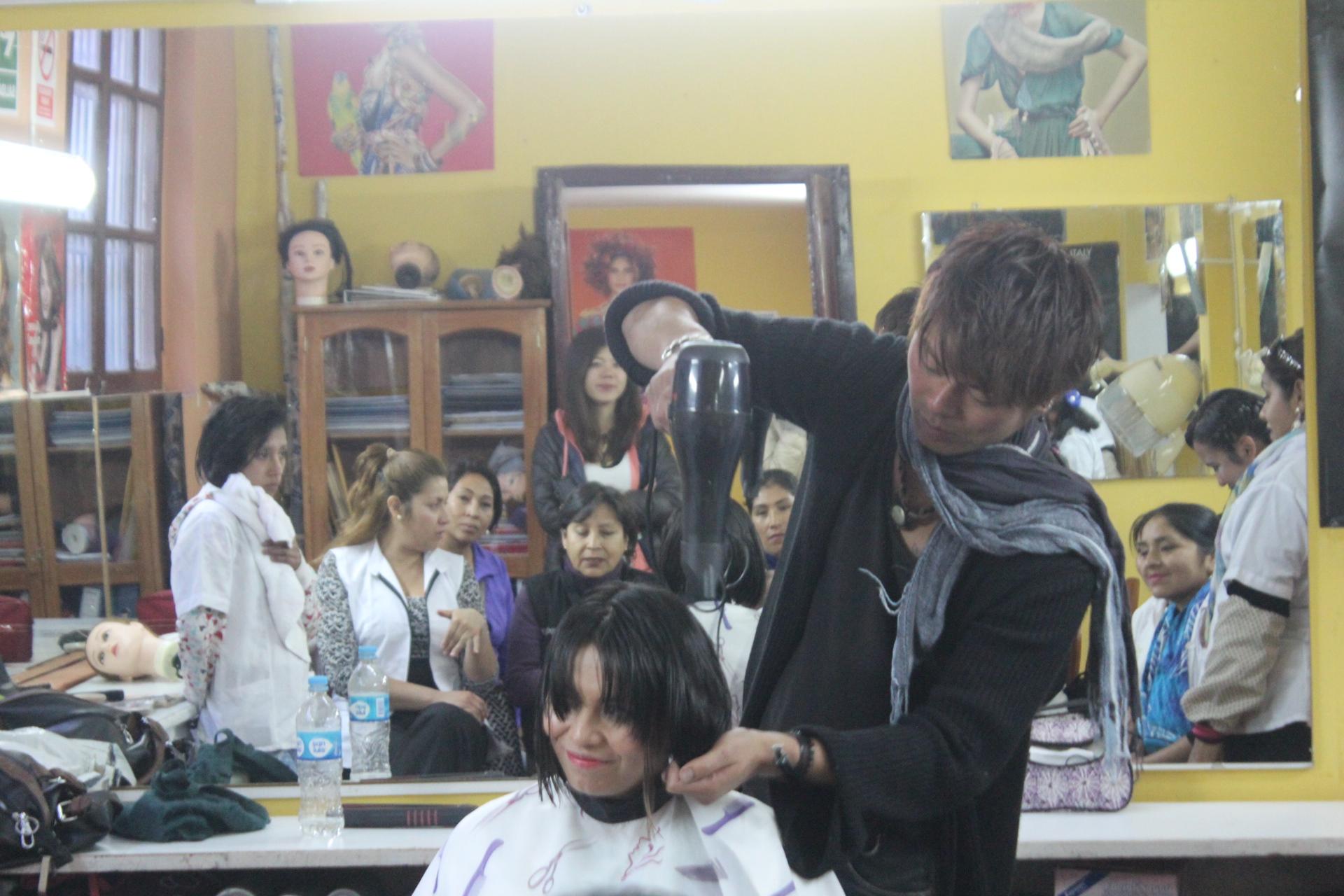 ペルー人にヘアカット講習