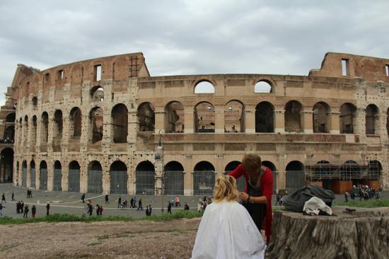 イタリアローマのコロッセオで旅人美容師カット